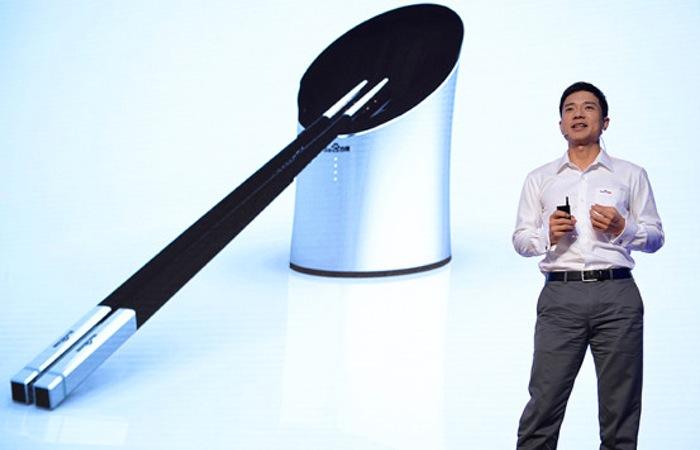Robin Li, PDG de Baidu présente ses baguettes intelligentes