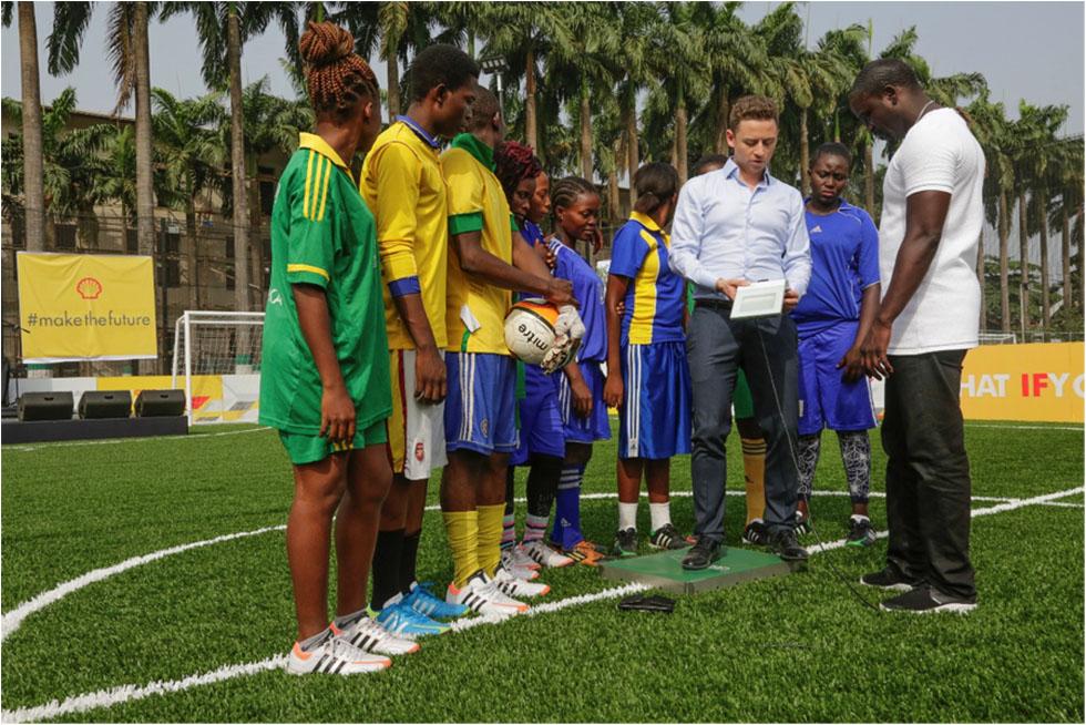 Au Nigeria, jouer au foot génère de l'énergie