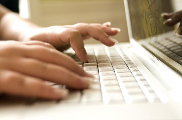 ordinateur-portable-femme-clavier