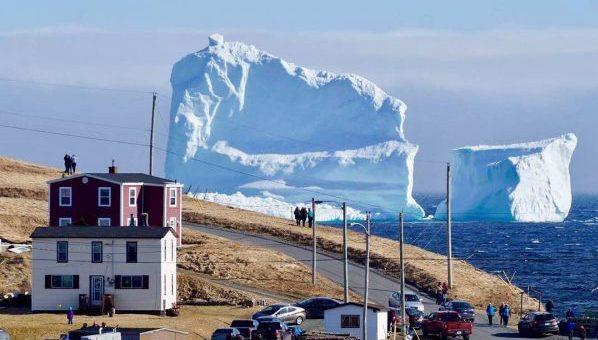 iceberg échoué au large de terre neuve au Canada