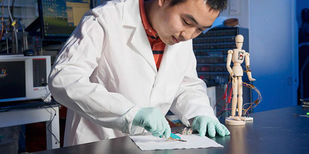 « Un matériau transparent, qui se répare tout seul, étirable jusqu'à 50 fois sa taille, tout en étant un très bon conducteur » : voilà la belle promesse dévoilée par le docteur Chao Wang de l'université de Californie à l'occasion du 253e sommet de la Société américaine de chimie à San Francisco.