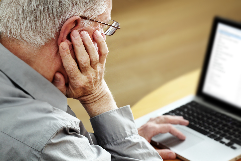 Personne âgée sur ordinateur