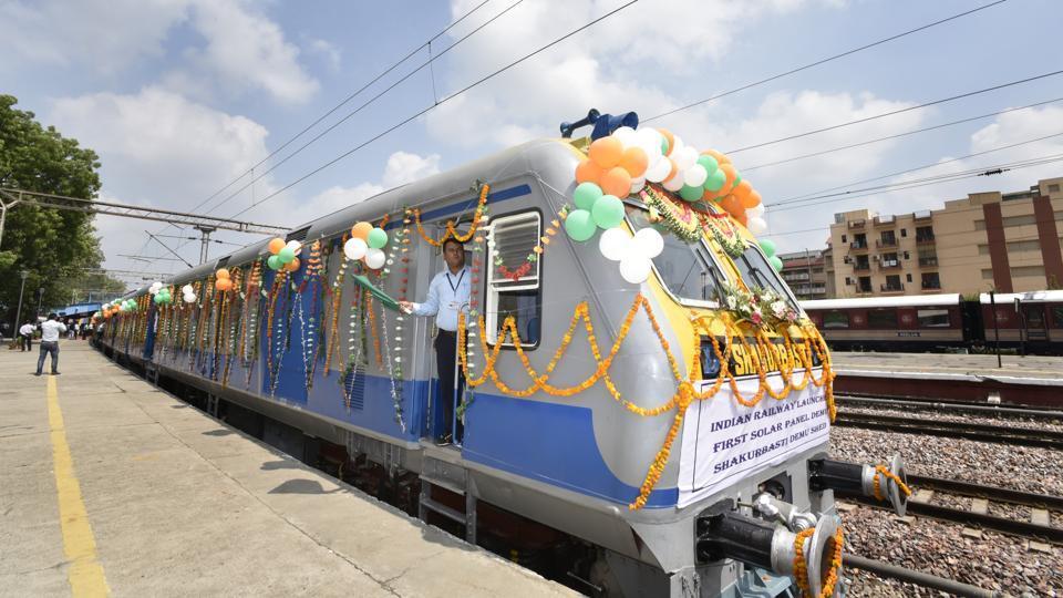 Inauguration du premier train équipé de panneaux solaires en Inde