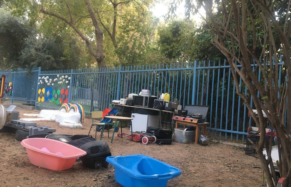 Jouer avec des déchets dans la cour de récréation Inbal Arieli pour Israel