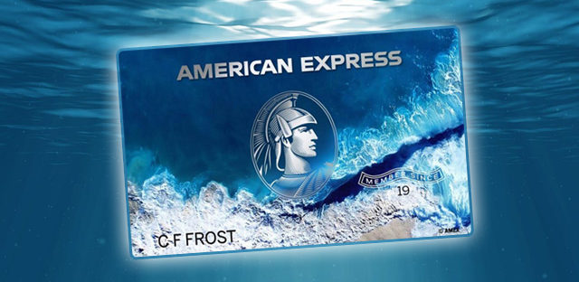 Une carte de crédit en plastique recyclé