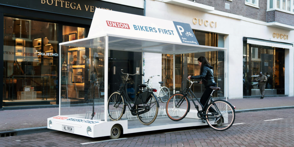 Des places de parking transformées en garages à vélos